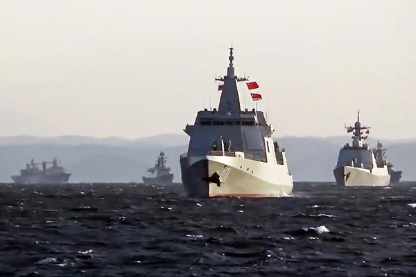 ロシア 日本海における中国との2国間演習を公開 艦載ヘリや射撃訓練も