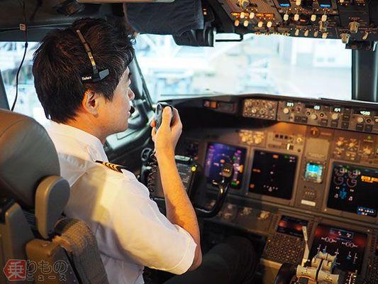 コックピットからのアナウンス、工夫するパイロット 「機長からの報告によると」裏事情 JAL