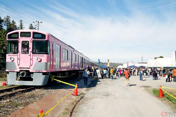 西武鉄道、車両基地を「酒場」化 止まっている電車内が飲食スペース(写真26枚)
