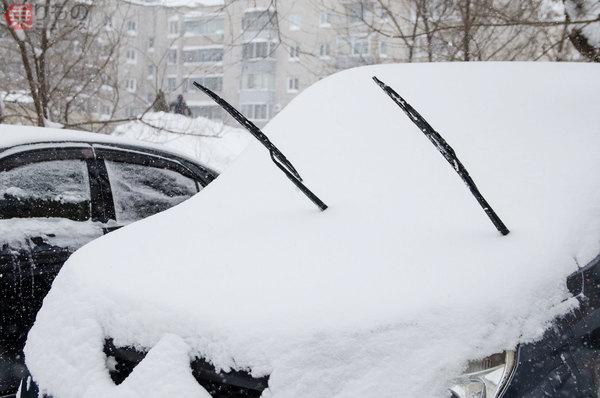 雪の日、なぜクルマのワイパーを立てるのか あまり立てない地域、立てられないクルマも