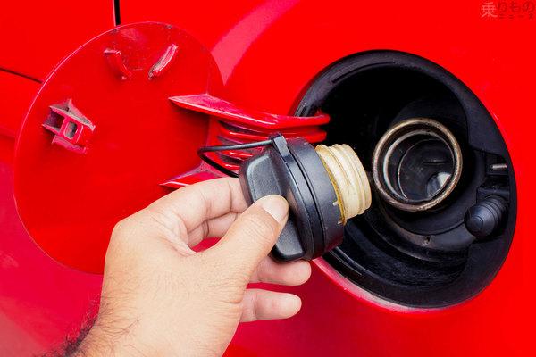 給油口の開け方なぜバラバラ? 運転席のレバーで、ふたを押して… どう決まるのか