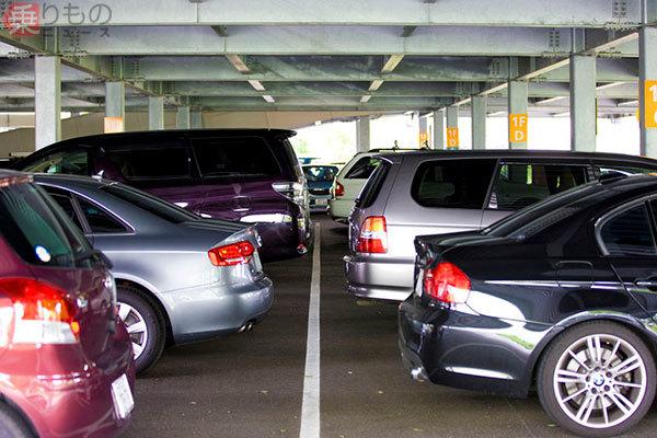 日本はなぜ「バック駐車」が多いのか 「前向き駐車」より合理的と言えるワケ