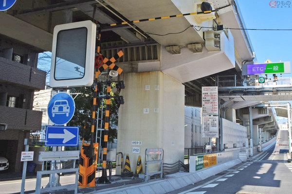 なぜ首都高入口に「鉄道の踏切」!? 周囲に線路なし いつ閉まるのか 警報器遮断機 作動