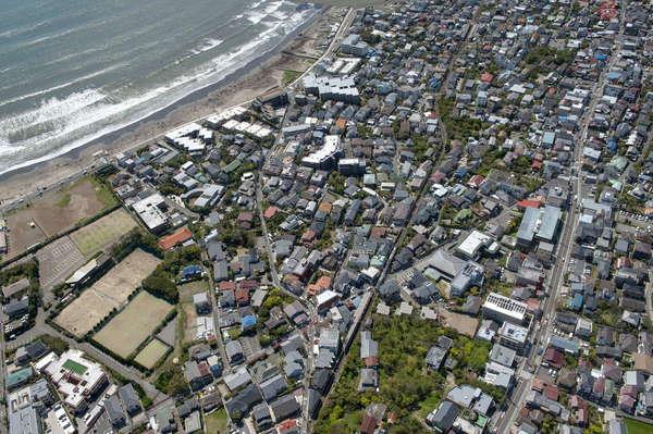 【空から撮った鉄道】湘南を走る小さな電車「江ノ電」 海岸線や住宅地を縫う姿を捉える