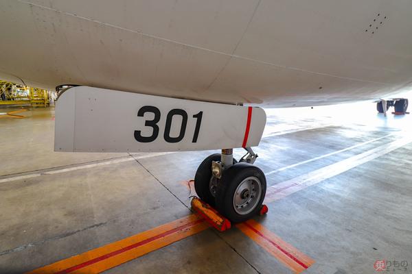 飛行機の前脚ドアに塗られた「赤い線」 どんな役割があるのか? JAL整備士に聞いた